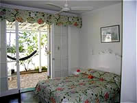 Green Room, with a double bed, private bath with tub-shower combination